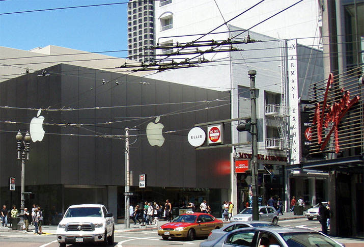 2001年にオープンしたサンフランシスコのApple Storeと当時のVirgin Megastore