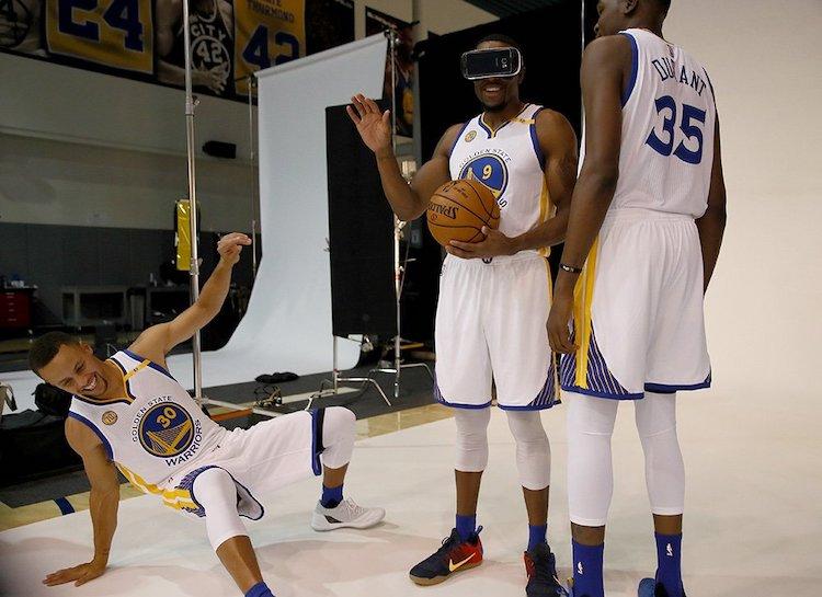 VRを試すNBA選手たち