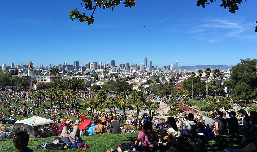 週末には、何もしないために人が集まってくるDolores Park